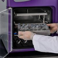 Convenient benchtop tray freeze dryer